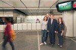 ServusTV Station Branding in Wien vlnr: Andrea Groh, Philipp Hengl (beide Gewista), Sascha Berndl und Katharina Fröhlich (beide Initiative)