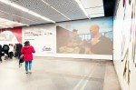LIve-Projektion des ServusTV Programms im Wiener U-Bahnhof Stephansplatz