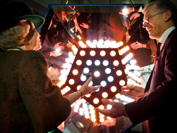 Eröffnung vor dem Abschied: Königin Beatrix und Philips-CEO Frans van Houten (Foto: Philips)