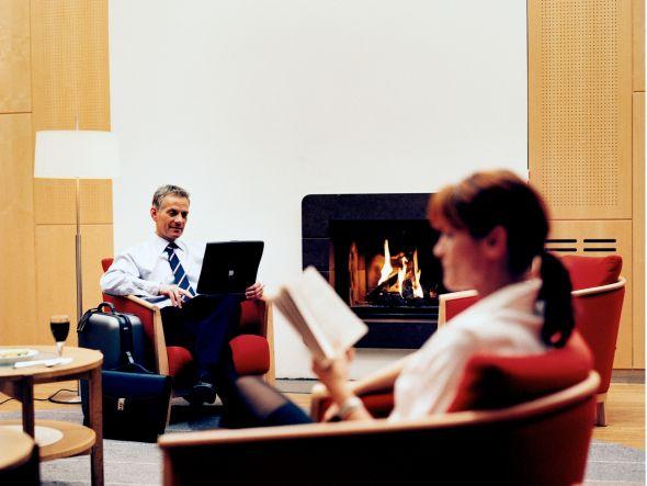 Stimmt die Technik dahinter, entspannt man gerne am Kamin - Lounge der SAS am Airport Kopenhagen (Foto: SAS)