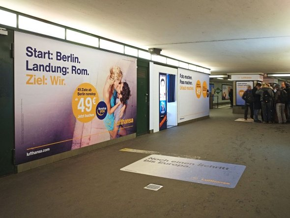 transportmedien wall ag startet in berlin mit wallwraps und bouncer invidis. Black Bedroom Furniture Sets. Home Design Ideas