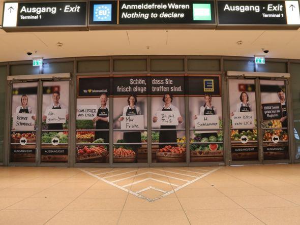 Terminal am Hamburger Flughafen mit Empfangskomitee von EDEKA (Foto: Initiative Airport Media)