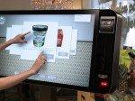 Mit dem Touchscreen im Ladenlokal setzt das Unternehmen auf einen Hingucker (Foto: people interactive)