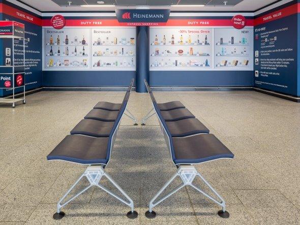 Sechs Monate Testphase - die große QR Wall am Frankfurter Flughafen (Foto: Gebr. Heinemann)
