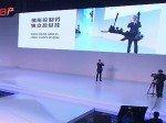 Rechts auf der Bühne stellt( Jason Yang das Modell von Dongfeng Nissan zusammen (Foto: RTT)
