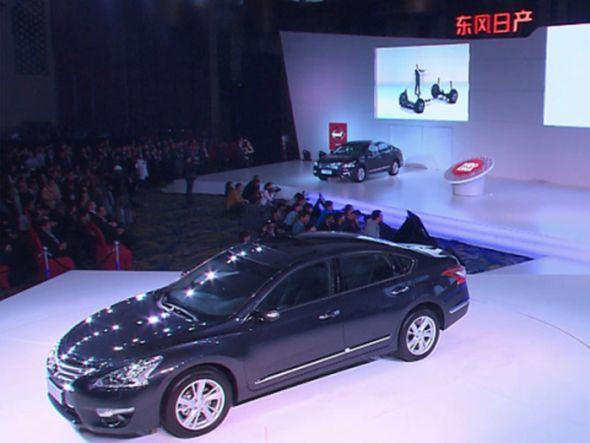 Vorne: der neue Teana - hinten auf der Leinwand: der virtuelle Wagen wird zusammengebaut (Foto: RTT)