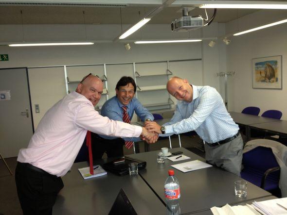 Shake Hands, von links nach rechts: Jean-Philippe Heusser und Frank Brunschweiler (beide Telion) Thomas Krobath(Follow me) (Foto: Telion AG/ Stephan Hartmann)