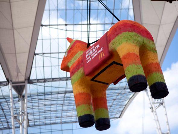 """Flughafen München: Die Piñata wirbt für """"Los Wochos"""" (Foto: Initiative Airport Media)"""