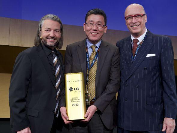 Preisverleihung in Köln - v.l.nr.: Donat Brandt (Plus X Award), Kiju Song, CEO bei LG Electronics Deutschland sowie Päsentator Peter Lanzendorf (Foto: LG)