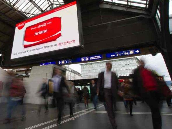 Mit ooH-Medien wie dem eBoard von APG|SGA wirbt die aktuelle Coke-Kampagne in der Schweiz (Foto: APG|SGA)