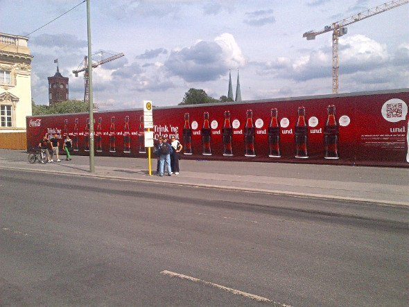Coca Cola Kampagne an der Humboldt Box in Berlin-Mitte