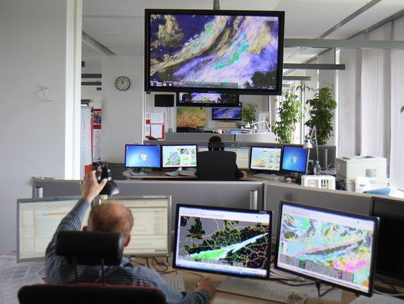 Meteorologen analysieren die Wetterlage anhand der Projektion von Satellitenbildern (Foto: Canon)