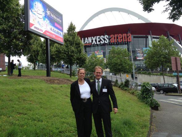 Outdoor-LED-Display: Heike Wilms, Geschäftsführerin der SSM RheinRuhr GmbH, und Arena-Geschäftsführer Stefan Löcher (Foto: Lanxess Arena)