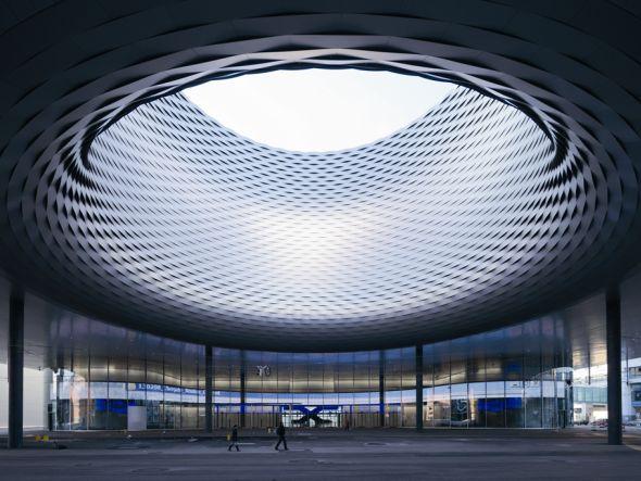 Der Neubau der Messe Basel von den Architekten Herzog & de Meuron wird von Zumtobel ins Licht gesetzt (Foto: Iwan Baan/ Zumtobel)