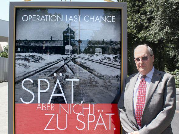 Historiker und SWC-Leiter Dr. Efraim Zuroff neben CLP mit Kampagnenmotiv (Foto: Simon Wiesenthal Ceenter/ Operation Last Chance)