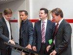 Sebastian Edathy und Hubertus Heil testen Digital Signage (Foto: Heinekingmedia)
