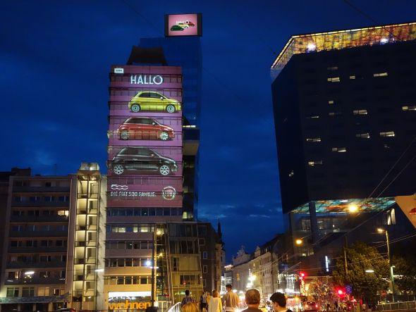 Mit Mega-Projektion und großer Video Wall wirbt Fiat aktuell in Österreichs Hauptstadt (Foto: Movelight)