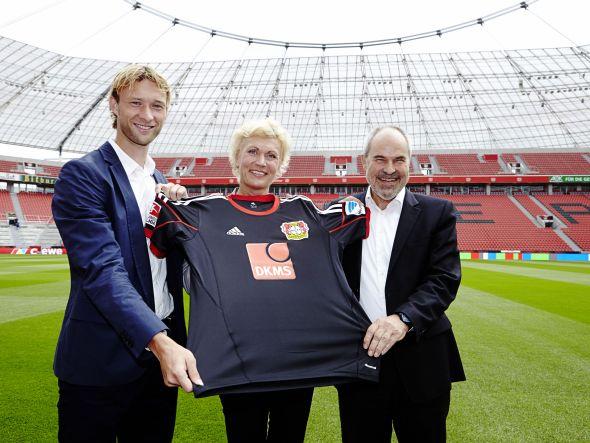 V.l.n.r.: Kapitän Simon Rolfes, DKMS-Sprecherin Jutta Oellig und Bayer 04-Geschäftsführer Wolfgang Holzhäuser (Foto: DKMS)