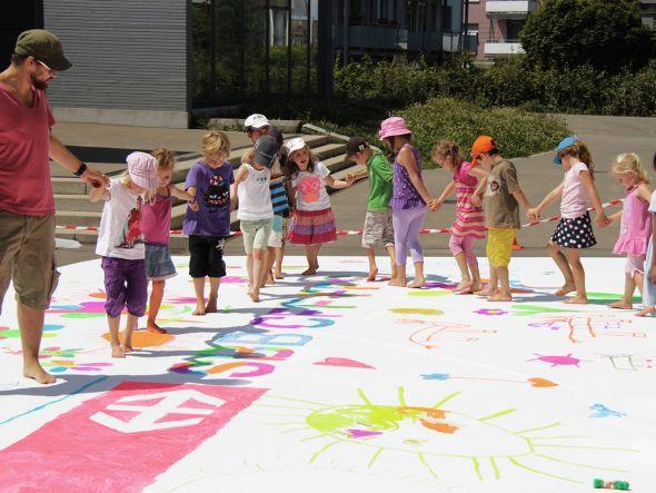 Die Kinder bei der kreativen Arbeit (Foto: TBWA\ Zürich)