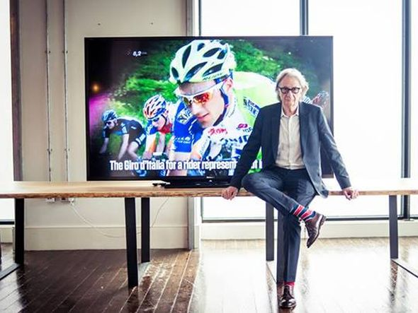 Der britische Designer Sir Paul Smith vor dem weltgrößten LED TV LC90LE757E (Foto: Sharp)
