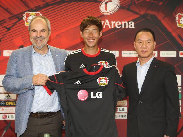 V.l.n.r.: Wolfgang Holzhäuser, Heung Min Son und Ki Wan Kim (Foto: LG)