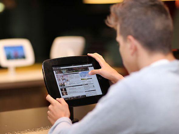 Kunde bei McDonald's am neu installierten iPad in Wien (Foto: Daniel Hinterramskogler/ APA)