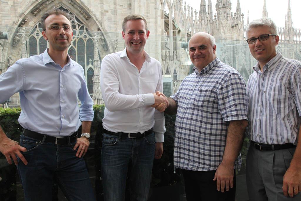 Luca Enea Spilimbergo / Gefen, Florian Rotberg / OVAB Europe, Beppe Andrianò / AssoDS und Roberto Vogliolo / Dooh.it (v.l.n.r.) unterzeichnen gemeinsame Kooperation in Mailand.