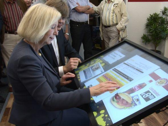 Bundesbildungsministerin Johanna Wanka testet ein DSBtouch (Foto: heinekingmedia)