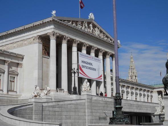 Plakat mit Aufruf zur Nationalratswahl 2013 am Parlamentsgebäude in Wien (Foto: Epamedia)