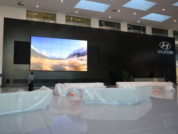 Foyer von Hyundai Deutschland: fertige Installation (Foto: PeTa Bearbeitungstechnik GmbH)