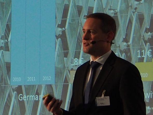 DooH hinkt ein wenig hinterher - Florian Rotberg hält die Keynote auf der OVAB Digital Signage Conference Munich (Foto: Kletschke/ invidis.de)