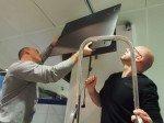 Andreas Holst und Oliver Schwede montieren PeTa-Platte