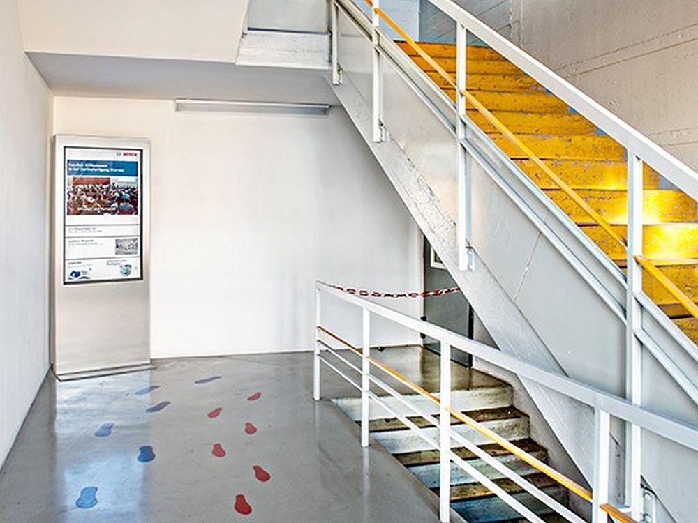 Bosch Thermotechnik setzt auf ein Netvico-System: Stele im Treppenhaus (Foto: Angelika Grossmann/ Netvico)