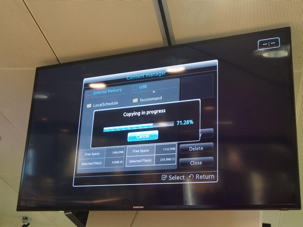 Aufspielen von Daten über USB-Stick: der zweite 55-Zöller für das Reisebüro im Bahnhof (Foto: TK/ invidis.de)