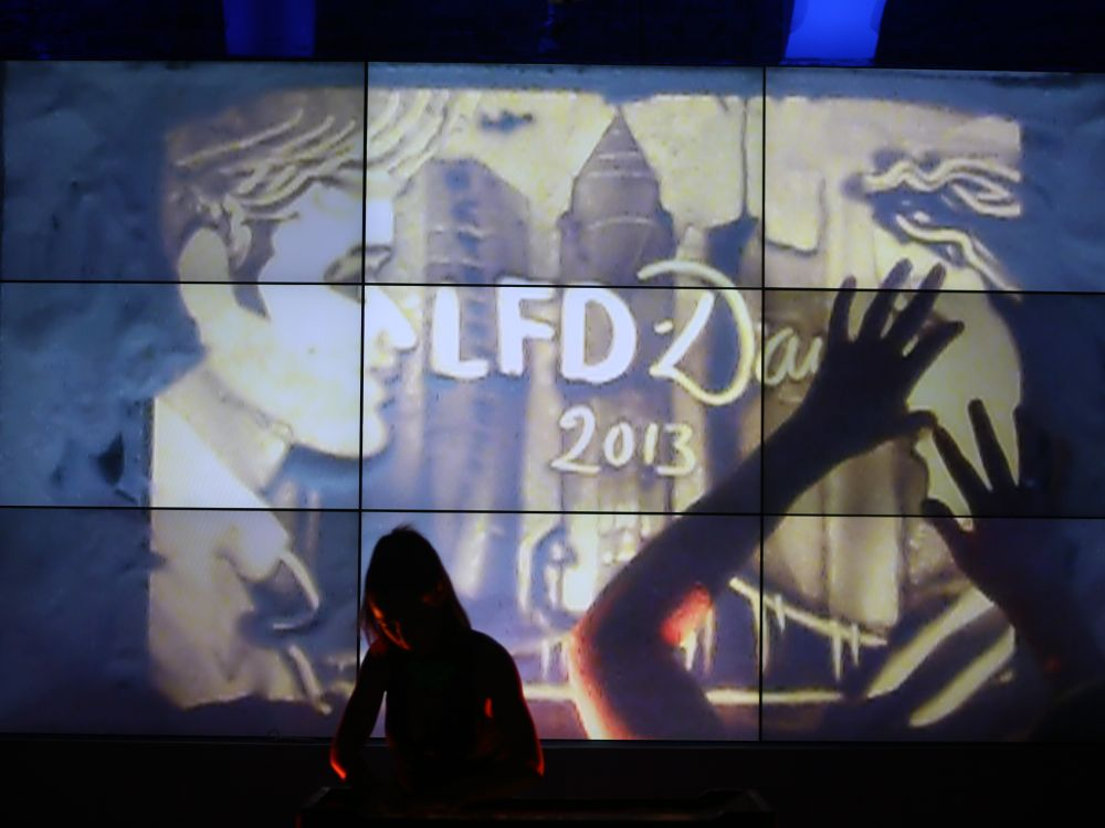 Abends wurde getanzt - vor stilechter Video Wall: In diesem Jahr wartete der LFD-Day 2013 mit Ganztagesprogramm auf (Foto: Samsung)