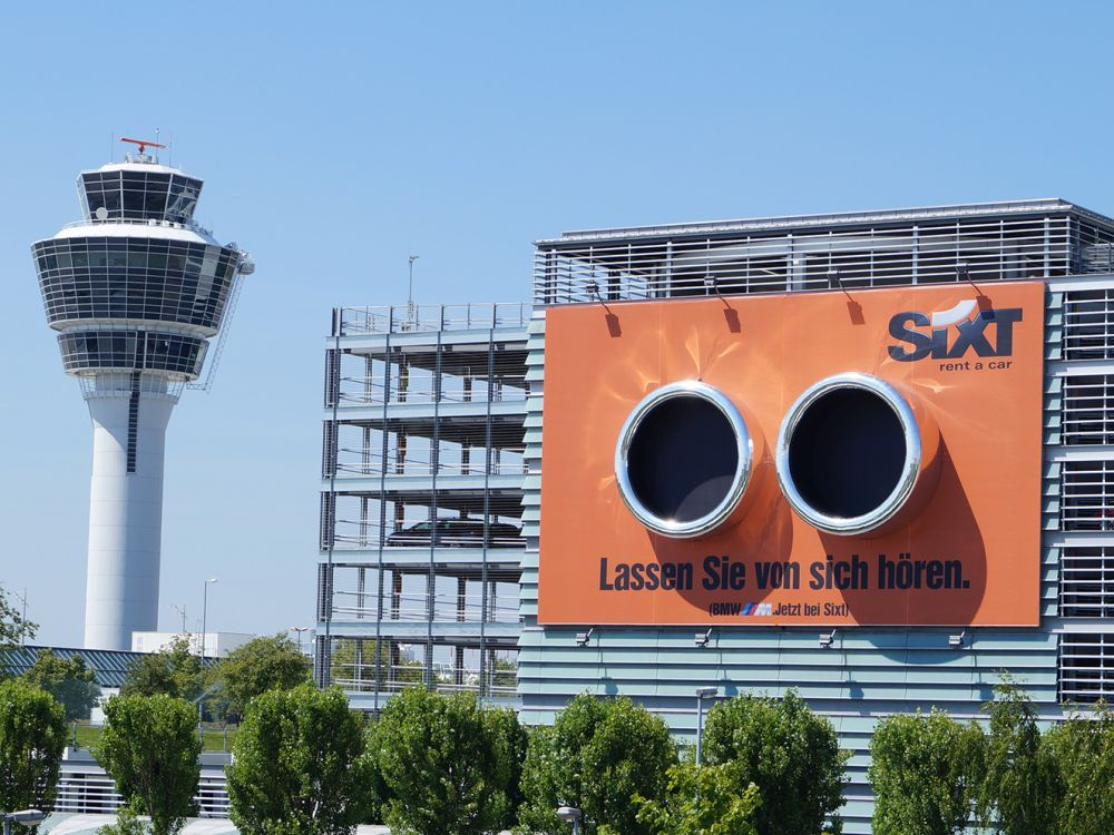 Auspuff-Installation für Sixt: dröhnender Mootor wird suggeriert (Foto: Initiative Airport Media)