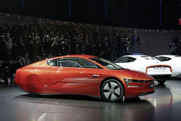 XL1-Modelle in rot und weiß beim Automobilsalon Genf (Foto: Volkswagen)