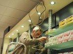 Apotheker-Sparn-arbeitet-am-Regal