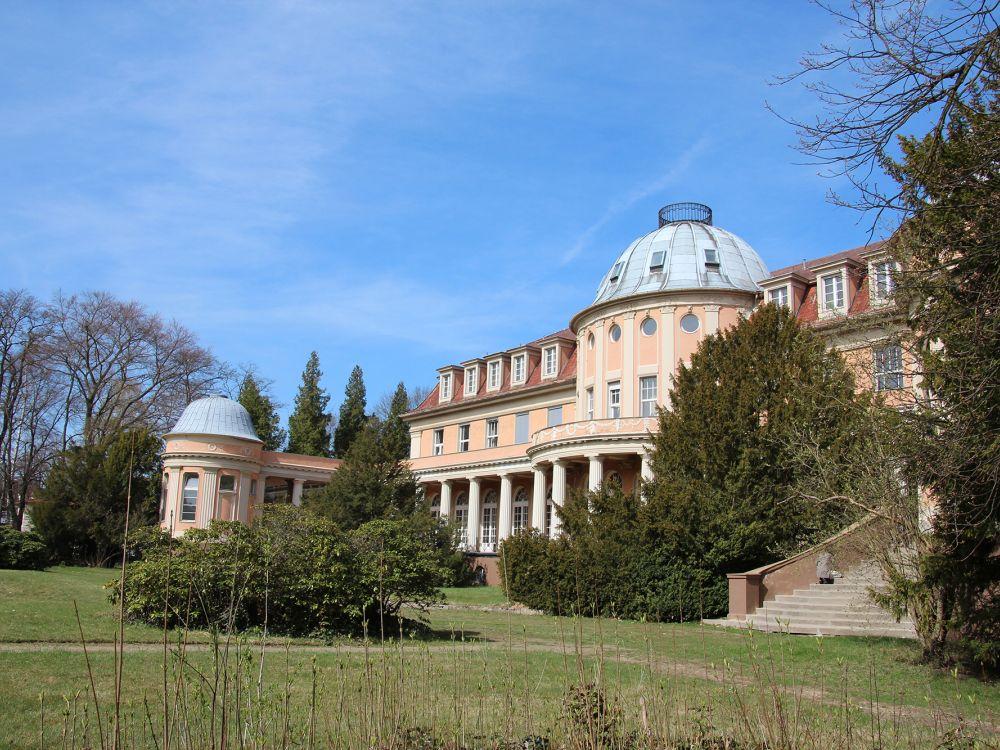 Hochschulgebäude der BSP von der Gartenseite aus gesehen (Foto: BSP)