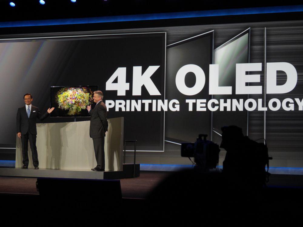 Panasonic-Präsident Kazuhiro Tsuga stellt auf der CES 2013 ein OLED 4K-Modell vor (Foto: anasonic)