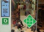 Touch and Buy: Deichmann-Kunden können nun vor dem Schaufenster stehend im Web einkaufen (Foto: LEAD concepts)