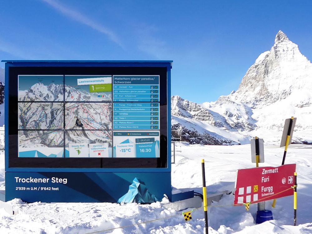 Zermatt: Digitale Großbildleinwand am Trockenen Steg (Foto: netvico)