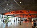 Die ganze Halle wird für die Installation genutzt (Foto: Initiative Airport Media)