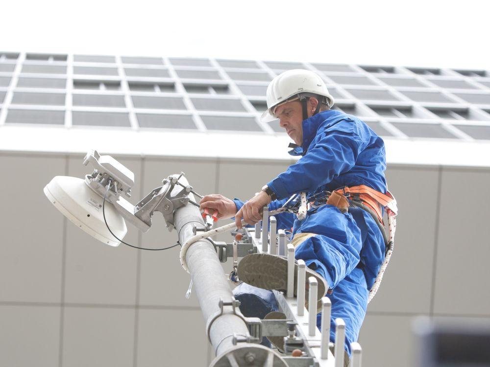 Die Techniker mussten für das LTE-Netz ganz schön klettern - wie bei dieser Installation, diee nicht das Staddion zeigt (Foto: Deutsche Telekom AG)