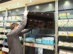 Verkaufsraum-Display-auf-PeTa-Ständer-wird-auf-Glasplatte-gesetzt
