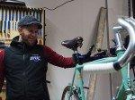 Sport Denk Alex in der Werkstatt mit Bianchi Rennrad