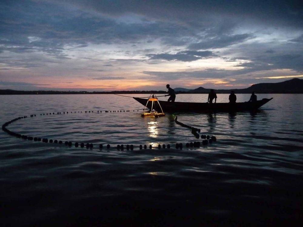 Fischer am Viktoriasee mit energiesparender Lampe (Foto: Osram)