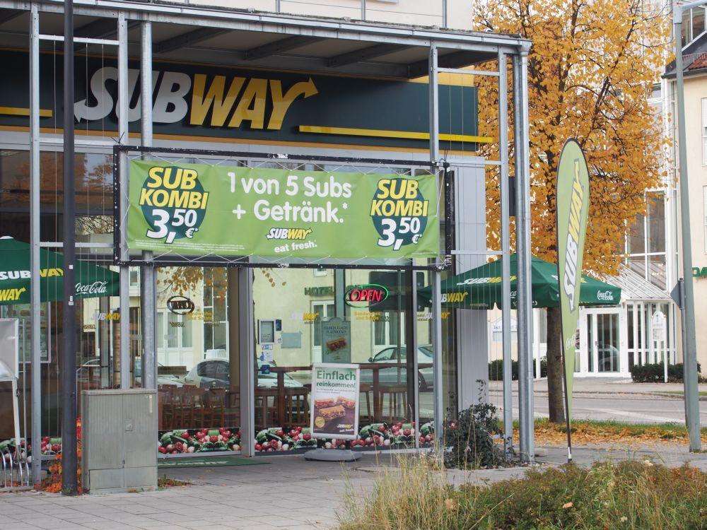 An der Ecke: Der Subway beindet sich im Einkaufszentrum und ist zugleich von zwei Straßen sichtbar (Foto: TK/ invidis.de)
