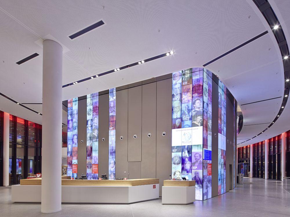 Im Foyer wurden Video Walls mit 200 Quadratmeter Fläche verbaut (Foto: Ralph Richter)
