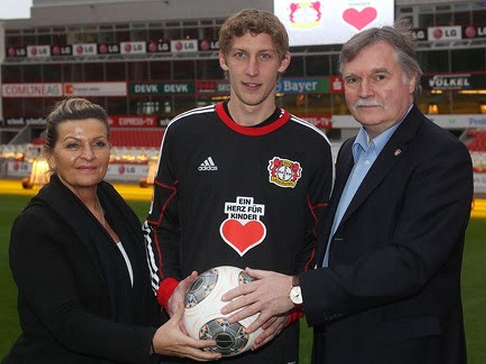 """Martina Krüger, Geschäftsführerin """"Ein Herz für Kinder"""", mit Bayer 04-Geschäftsführer Michael Schade und Torjäger Stefan Kießling (Foto: Bayer 04)"""